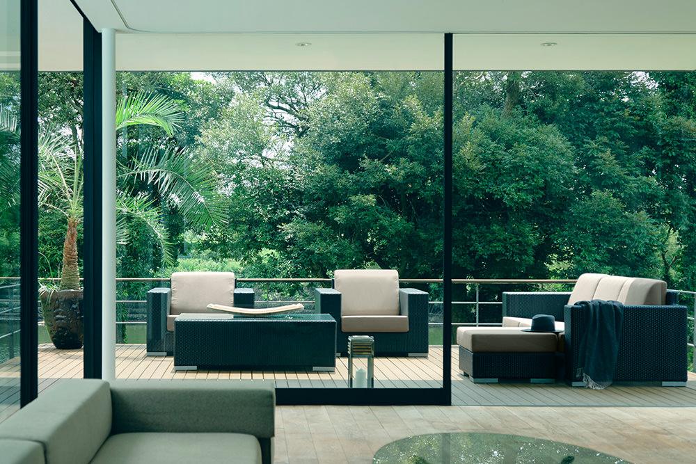 外空間を楽しめるもう一つの部屋をつくる。壁紙は自慢の庭と空に広がる景色。 家の中から見れば室内の延長となり、日常の暮らしに自然を取り込む魅力的な空間演出です。