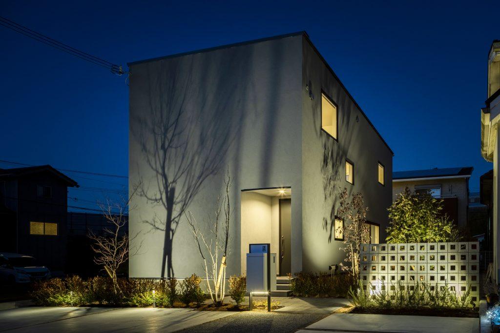 照明計画 施工:フォーシーズンズ夙川店ガーデンライトは「100Vタイプ」、「12Vタイプ」、「ソーラータイプ」の3種類があります。機能と光の強さ、目的に応じて必要なライトを選び、美しくライトアップしてみましょう。